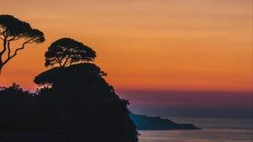 Lapso de tiempo, ajuste hermoso del sol de la puesta del sol detr?s de ?rboles en las colinas de Italia en Sorrento, lugar de la  metrajes