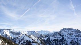Lapso de tiempo alpino del tiempo con Zugspitze almacen de video