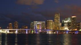 Lapso de tiempo céntrico del panorama 4k de la puesta del sol de la noche de la ciudad ligera de Miami la Florida los E.E.U.U. metrajes