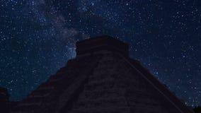 Lapso de tiempo de Chichen Itza en la noche con las estrellas metrajes
