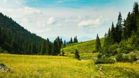 Lapso de tiempo Cielo dinámico sobre el valle en montaña metrajes