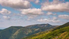 Lapso de tiempo Cielo dinámico sobre el valle en montaña almacen de video