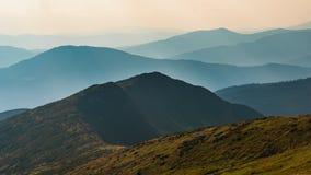 Lapso de tiempo Cielo dinámico sobre el valle en montaña almacen de metraje de vídeo