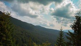 Lapso de tiempo Cielo dinámico sobre las montañas almacen de video
