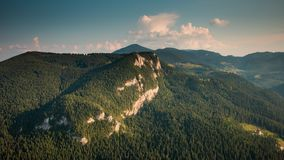 Lapso de tiempo Cielo dinámico sobre las montañas metrajes
