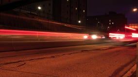 Lapso de tiempo cinemático del tráfico el extranjero que baja una carretera almacen de metraje de vídeo