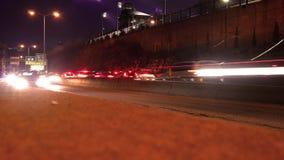 Lapso de tiempo cinemático del tráfico el extranjero que baja una carretera - ALT metrajes