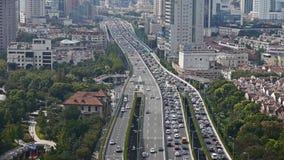 Lapso de tiempo, circulación densa larga en la carretera, rascacielos del edificio del negocio de Shangai