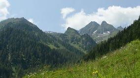 Lapso de tiempo de Cloudscape en el pico de montaña de las montañas Austria, Zillertal almacen de metraje de vídeo