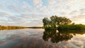 Lapso de tiempo con las nubes corrientes con la reflexión en agua almacen de video