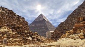 Lapso de tiempo con las nubes sobre las grandes pirámides en Giza El Cairo en Egipto - enfoque adentro de la pirámide de piedra almacen de metraje de vídeo