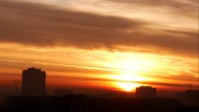 Lapso de tiempo con una salida del sol hermosa en un día de la mañana del verano almacen de video