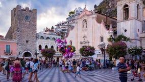 Lapso de tiempo de Corso Umberto y de la plaza XI abril con muchos turistas en Taormina almacen de video