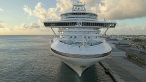 Lapso de tiempo Cruiseship que sale del puerto Aruba
