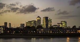 Lapso de tiempo de edificios en el distrito financiero de los Docklands en Londres Puesta del sol con la transición a la noche metrajes