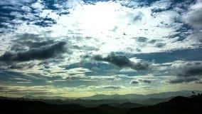 Lapso de tiempo de HD de la nube que mueve encendido el tiro ancho de la montaña metrajes