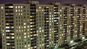 Lapso de tiempo de la construcción de viviendas en la noche metrajes