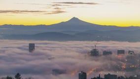 Lapso de tiempo de la niebla del balanceo y de las nubes bajas sobre la ciudad de Portland Oregon con el soporte nevado Hood Earl
