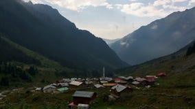 Lapso de tiempo de la niebla inminente en un valle de Anatolia metrajes