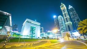 Lapso de tiempo de la noche 4k del centro financiero de la luz de la noche de Dubai almacen de video