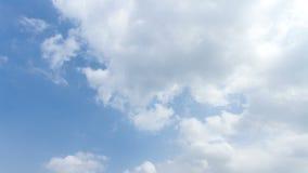 Lapso de tiempo de la nube hermosa en el cielo azul almacen de video