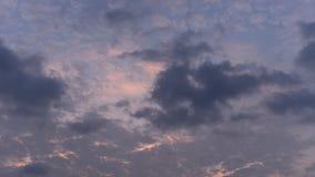 Lapso de tiempo de la nube móvil con el cielo de la puesta del sol