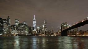 Lapso de tiempo de la opinión 4k de Manhattan del puente de Brooklyn de la noche de Nueva York