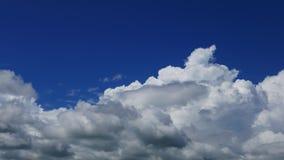 Lapso de tiempo de la paralaje de las nubes de cúmulo almacen de video