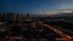 Lapso de tiempo de la puesta del sol a la hora azul sobre encanto del Kampong con el paisaje urbano de Singapur almacen de metraje de vídeo