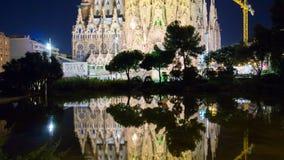 Lapso de tiempo de la reflexión 4k de la charca del familia de Barcelona Sagrada de la luz de la noche de España