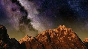 Lapso de tiempo de la salida del sol del cielo nocturno con las estrellas que pasan cerca detrás de la montaña stock de ilustración