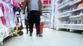 Lapso de tiempo de las compras. Visión desde la carretilla. almacen de metraje de vídeo