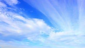 Lapso de tiempo de las nubes blancas con el cielo azul almacen de video