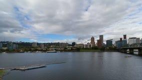 Lapso de tiempo de las nubes blancas y del cielo azul sobre el horizonte céntrico de Portland Oregon a lo largo del río 4k de Wil almacen de video