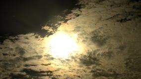 Lapso de tiempo de las nubes dramáticas que se mueven delante del sol almacen de metraje de vídeo