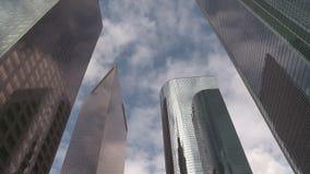 Lapso de tiempo de las nubes que pasan edificios de oficinas céntricos en Los Ángeles almacen de video