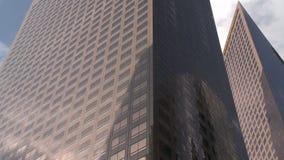Lapso de tiempo de las nubes que se mueven a través del rascacielos céntrico Los Ángeles del edificio metrajes