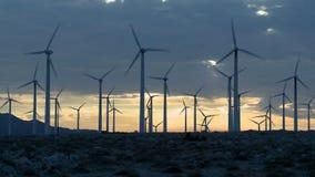 Lapso de tiempo de los molinoes de viento del poder en el desierto de California en la puesta del sol almacen de metraje de vídeo