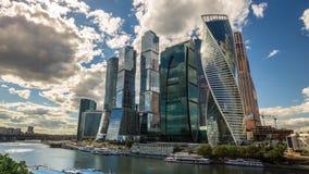 Lapso de tiempo de los rascacielos del centro de negocios 4k almacen de video