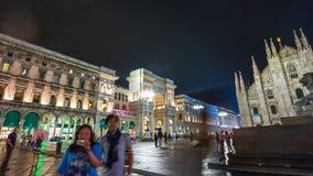 Lapso de tiempo de lujo del panorama 4k de Manuel del vittorio del galleria del cuadrado del duomo de la noche Milano Italia almacen de metraje de vídeo