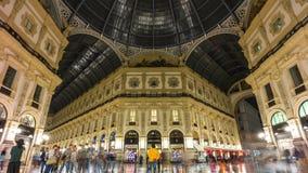 Lapso de tiempo de lujo del panorama 4k del centro de Manuel del vittorio del galleria de la noche Milano Italia almacen de video