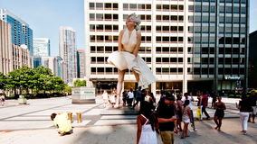 Lapso de tiempo de Marilyn Monroe Statue en Chicago - 4K almacen de metraje de vídeo