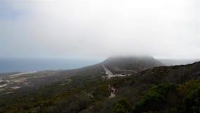 Lapso de tiempo de nubes bajas sobre el punto del cabo, Suráfrica metrajes