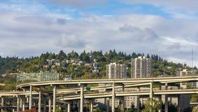 Lapso de tiempo de nubes sobre tráfico de la autopista sin peaje en el puente de Marquam con los hogares en la ladera en Portland metrajes