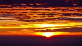 Lapso de tiempo de nubes vibrantes con salida del sol por la mañana metrajes