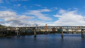 Lapso de tiempo de nubes y del tráfico auto en el puente de Marquam a lo largo del río de Willamette en Portland O 4k metrajes