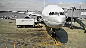 Lapso de tiempo del aeroplano en la puerta almacen de video