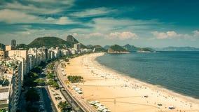 Lapso de tiempo del alto ángulo de la playa de Copacabana en Rio de Janeiro almacen de video