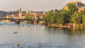 Lapso de tiempo del alto tráfico de botes pequeños en el río Moldava de Praga metrajes
