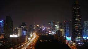 Lapso de tiempo del atasco pesado ocupado en la noche, edificio moderno de la hora punta de la ciudad metrajes